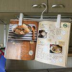 レシピは吊るすことで見やすくなり、調理の流れを止めずに済む