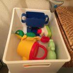 子どものおもちゃの収納。お風呂場に持ち込み式にすることで掃除が楽になる。